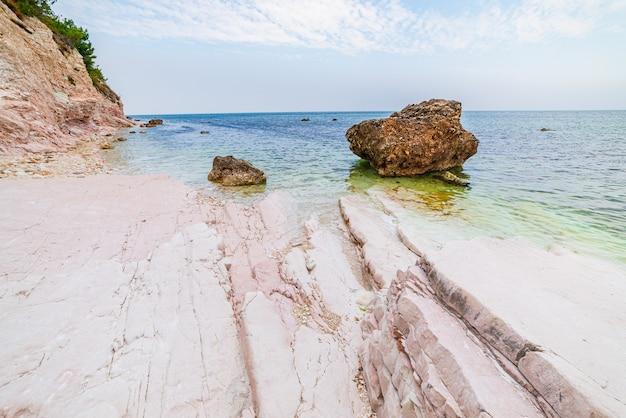 Kiesstrand bunte bucht in conero naturpark dramatische küste landzunge felsen klippe adria tourismus reiseziel italien türkis transparentes wasser