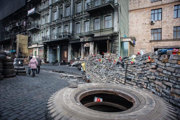Kiew - 27. februar: menschen protestieren am maidan nezalezhnosti-platz (euromaidan), nachdem die ukraine die gespräche mit der eu über die assoziation, 27. februar 2014 in kiew, ukraine ausgesetzt hatte.
