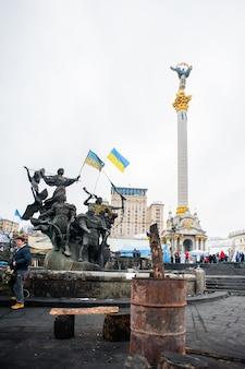 Kiew - 27. februar: menschen protestieren am maidan nezalezhnosti-platz, nachdem die ukraine die gespräche mit der eu über die assoziation, 27. februar 2014 in kiew, ukraine ausgesetzt hatte.