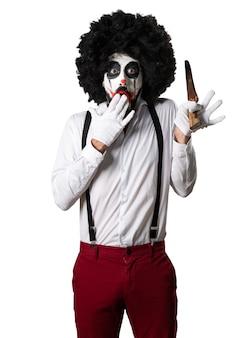 Killer clown mit messer machen überraschung geste
