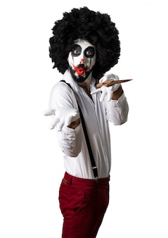 Killer clown mit messer präsentieren etwas