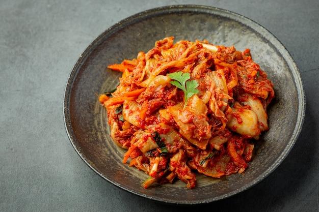 Kimchi essfertig in schwarzer platte