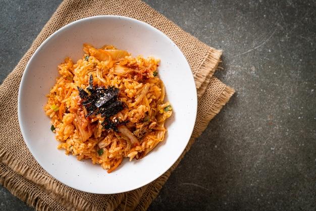 Kimchi gebratener reis mit algen und weißem sesam. koreanischer essensstil