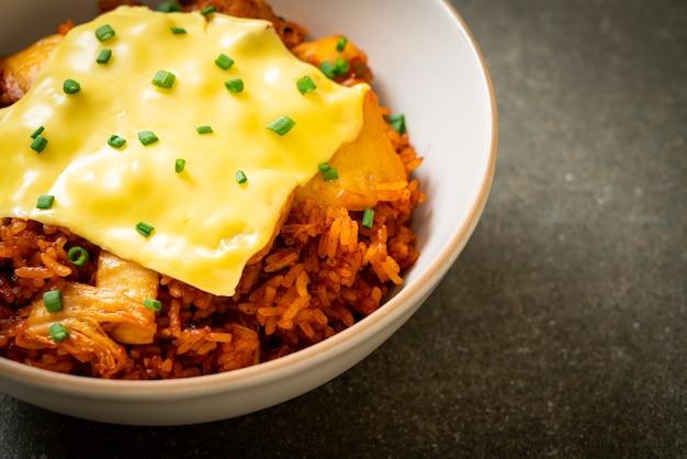 Kimchi gebratener reis mit schweinefleisch und belegtem käse - asiatischer und fusionsküchenstil