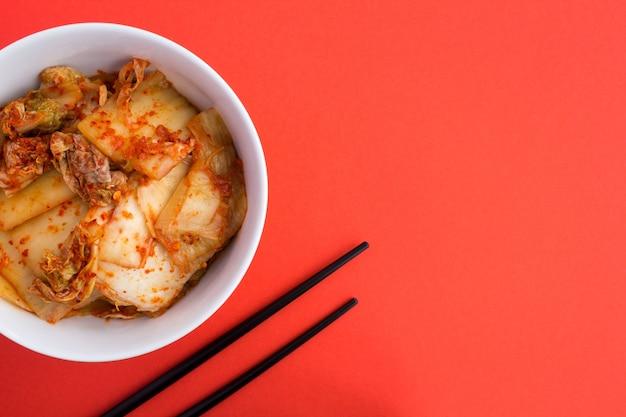 Kimchi in der weißen platte auf der roten