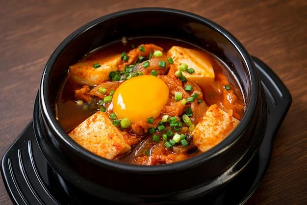 'kimchi jjigae' oder kimchi-suppe mit tofu und ei oder koreanischem kimchi-eintopf