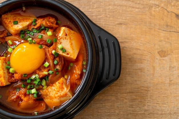 'kimchi jjigae' oder kimchi-suppe mit tofu und ei oder koreanischer kimchi-eintopf - traditionelles koreanisches essen