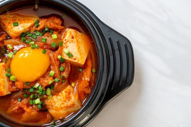 'kimchi jjigae' oder kimchi-suppe mit tofu und ei oder koreanischer kimchi-eintopf