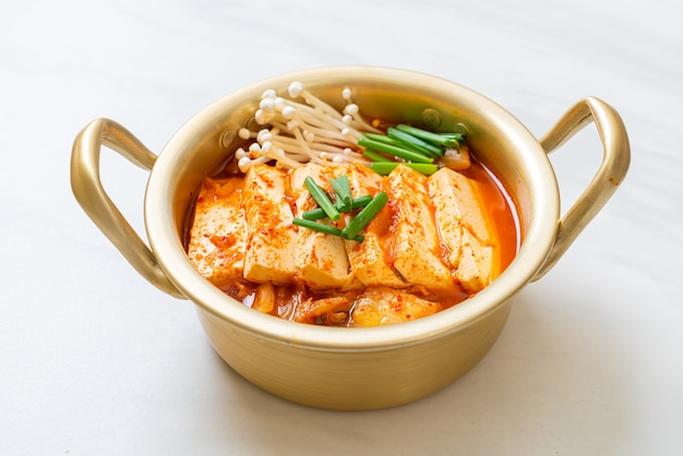 'kimchi jjigae' oder kimchi-suppe mit weichem tofu oder koreanischem kimchi-eintopf - traditionelles koreanisches essen