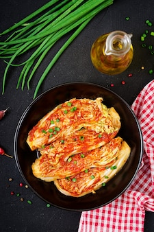 Kimchi kohl auf schwarzem teller