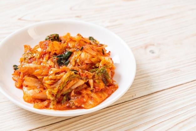 Kimchi kohl auf teller - koreanischer traditioneller essensstil
