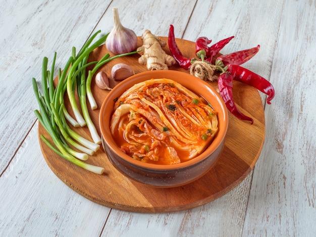Kimchi kohl in einer schüssel auf holztisch