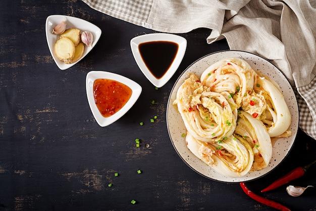 Kimchi kohl in einer schüssel
