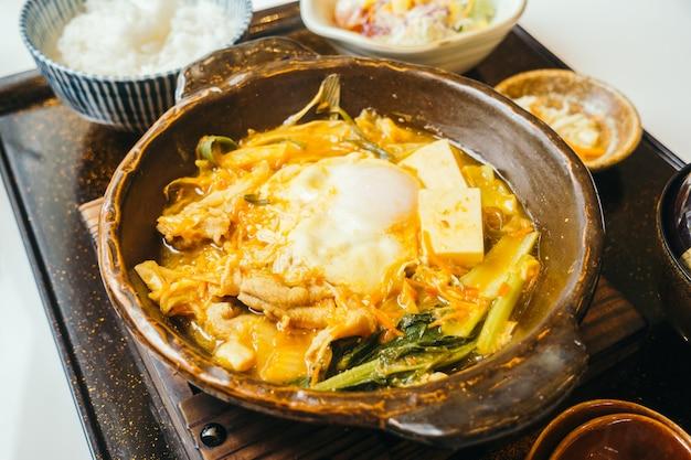 Kimchi nabe in heißer platte mit reis