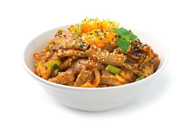 Kimchi rühren gebraten mit schweinefleisch auf reis koreanisches essen