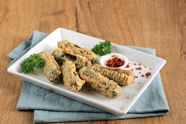 Kimmari oder gimmari, koreanischer fried snack tempura aus algen (laver) roll gefüllt mit glasnudeln oder japchae. wird normalerweise mit tteokbokki als beilage serviert