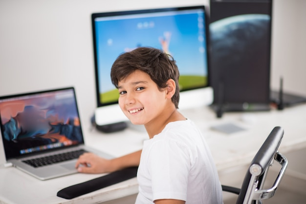 Kind am computer arbeiten