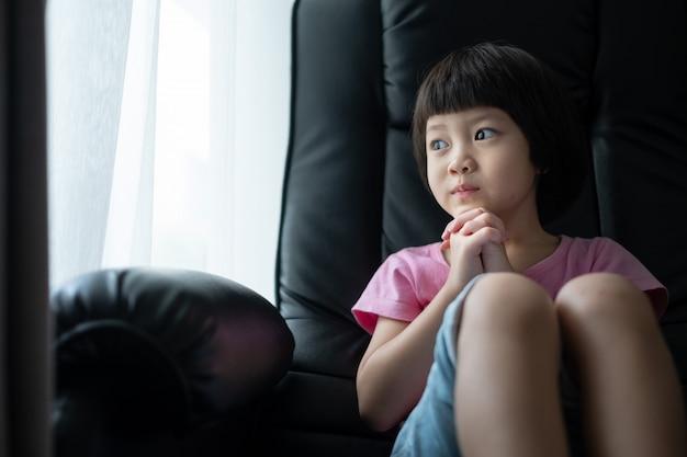 Kind am morgen beten, hände im gebet gefaltet