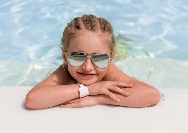 Kind am pool liegen