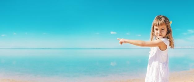 Kind am strand. seeufer. selektiver fokus. natur