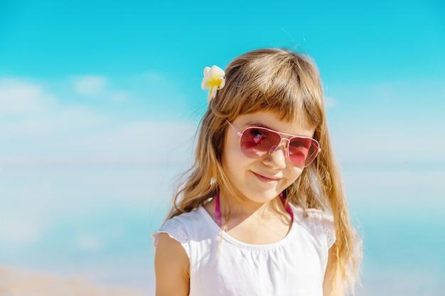 Kind am strand. seeufer selektiver fokus