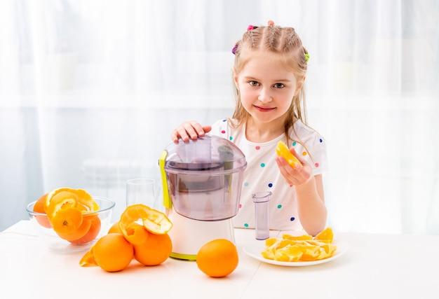 Kind arbeitet mit orangen