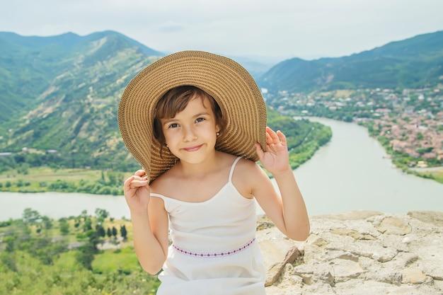 Kind auf dem hintergrund der sehenswürdigkeiten von georgia