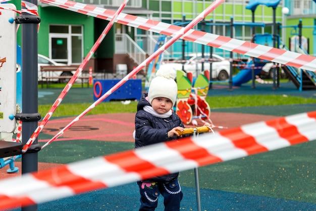 Kind auf geschlossenem spielplatz