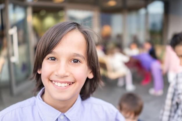 Kind auf stadtstraße mit leuten im hintergrund