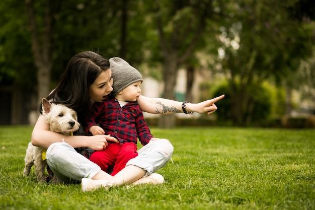 Kind baby gehen glückliche mutter