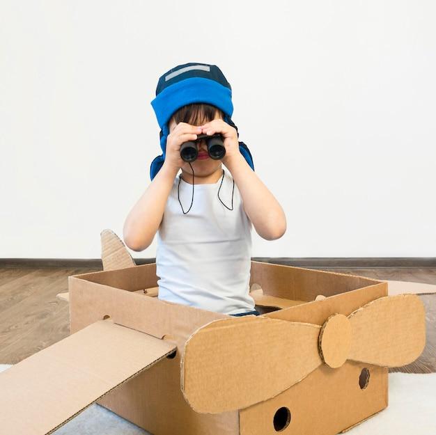 Kind beobachtet durch fernglas