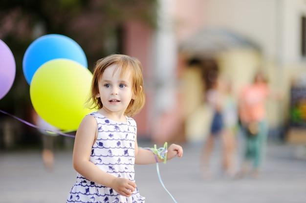 Kind bereit, einem freund zu seinem geburtstag zu gratulieren