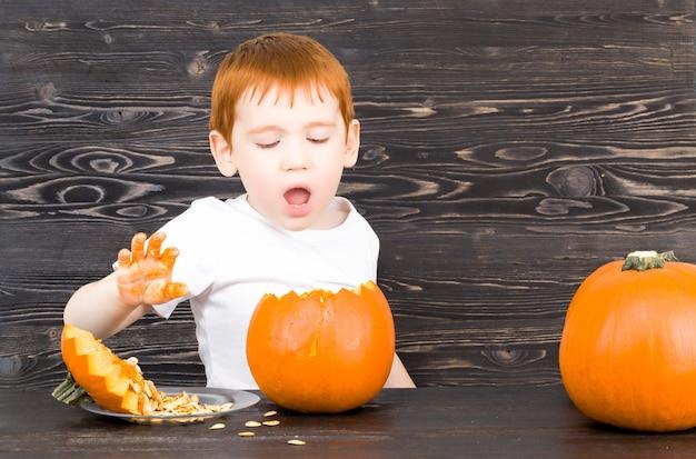 Kind bereitet sich auf halloween vor