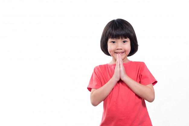Kind betet, hände im gebet gefaltet