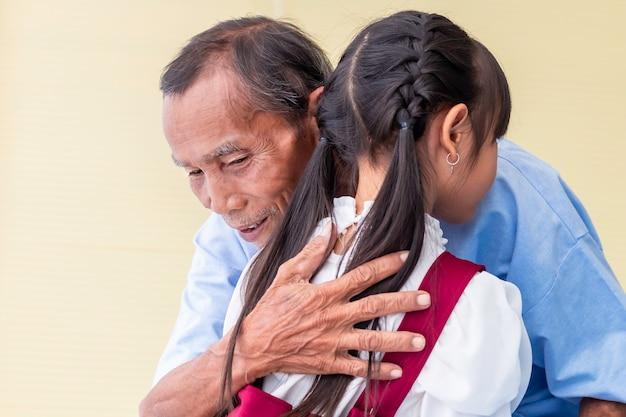 Kind, das alten mann umarmt