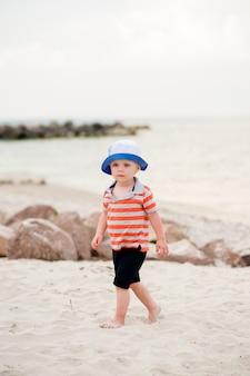 Kind, das auf dem meer geht