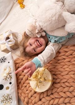 Kind, das auf einer decke der natürlichen schafwolle liegt