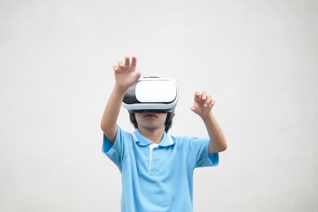 Kind, das auf kasten der visuellen realität schaut