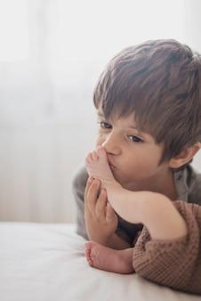 Kind, das beine seines kleinen bruders küsst