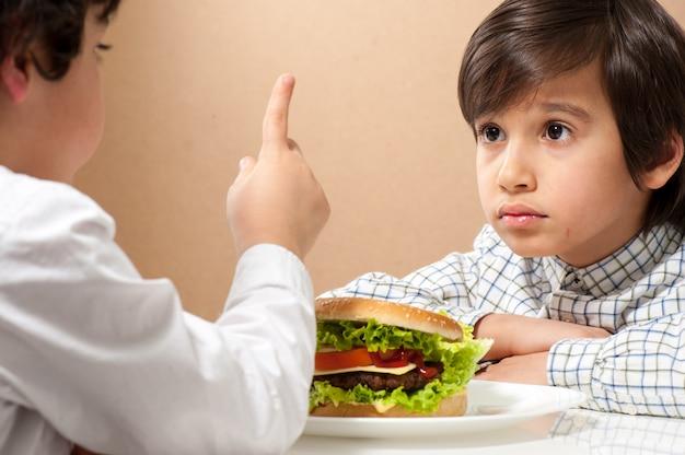 Kind, das burger isst