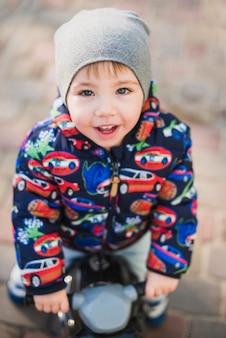 Kind, das draußen auf spielplatz spielt
