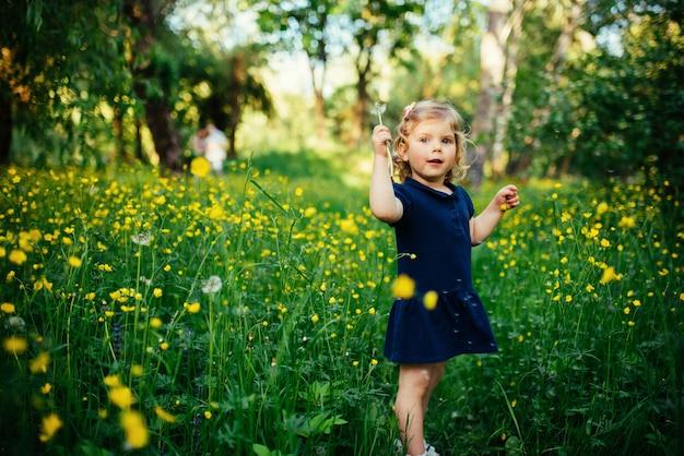 Kind, das draußen im gras spielt