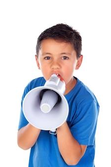 Kind, das durch ein megaphon schreit