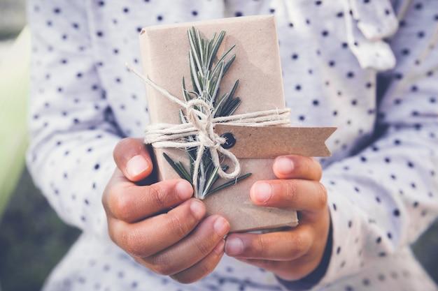 Kind, das eco geschenkbox hält