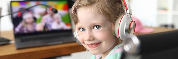 Kind, das ein video zu hause mit kopfhörern betrachtet