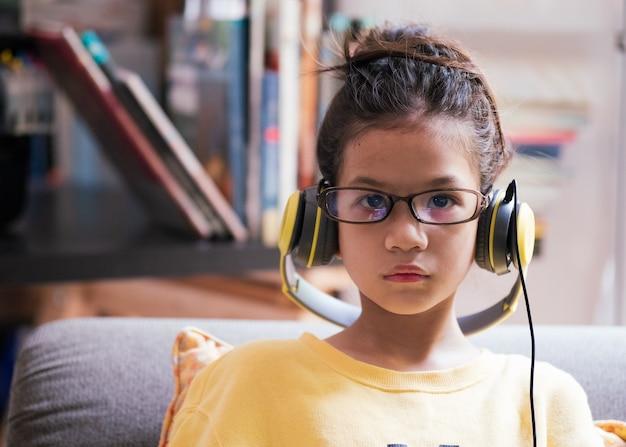 Kind, das eine brille trägt und das konzept des internets der dinge und der nerd-kultur verwendet