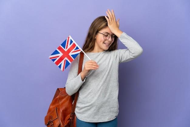 Kind, das eine britische flagge über isoliertem hintergrund hält, hat etwas erkannt und beabsichtigt die lösung