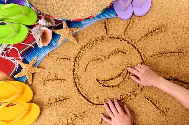 Kind, das eine lächelnde sonne auf einem mexikanischen strand zeichnet