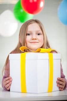 Kind, das geburtstagsfeier genießt
