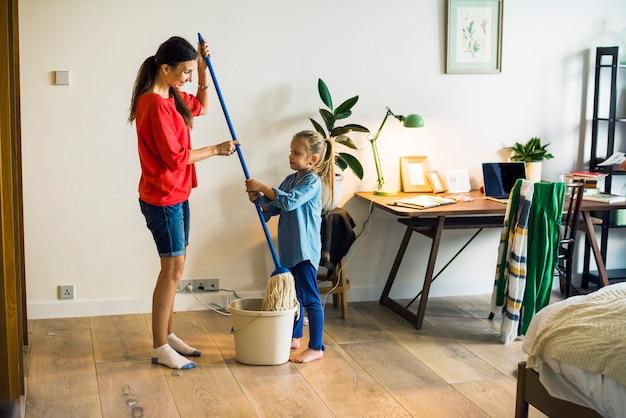 Kind, das hausarbeiten hilft